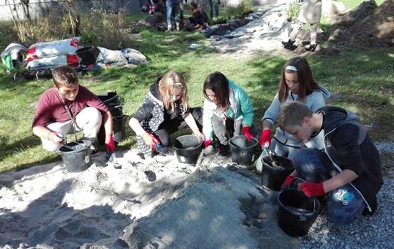 Uczniowie zasadzili ogród deszczowy