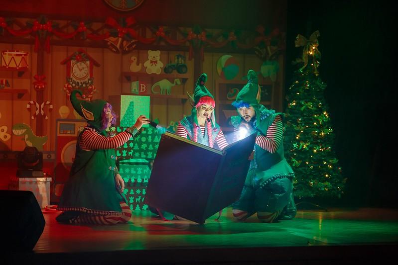 Elfy trzy przygotowane do świąt